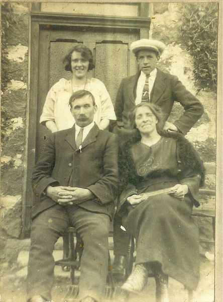 Wullie Ellis and family (at Wark Farm, Cushnie?)