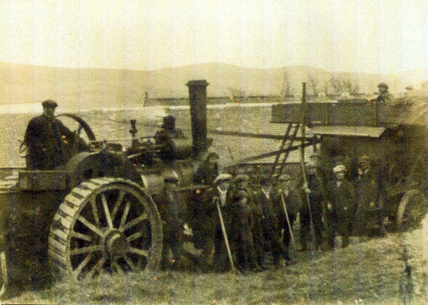 Mobile Threshing Mill near Leslie